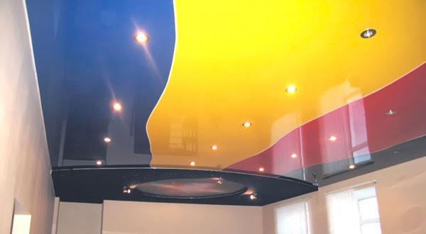 Натяжные потолки цветные