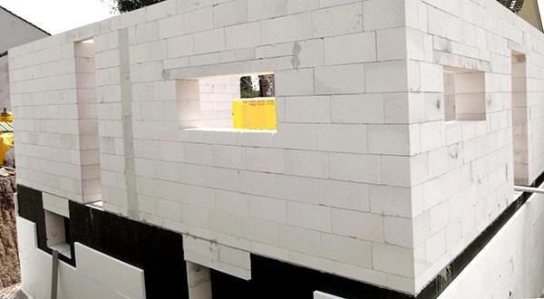 Хозяйственные постройки из пеноблоков по низким ценам заказать.